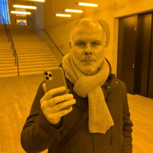 The picture was taken by Miriam while visiting Olafur Eliasson's exhibition at the Tate Modern in London - here: room for one colour with yellow monofrequency lamps.